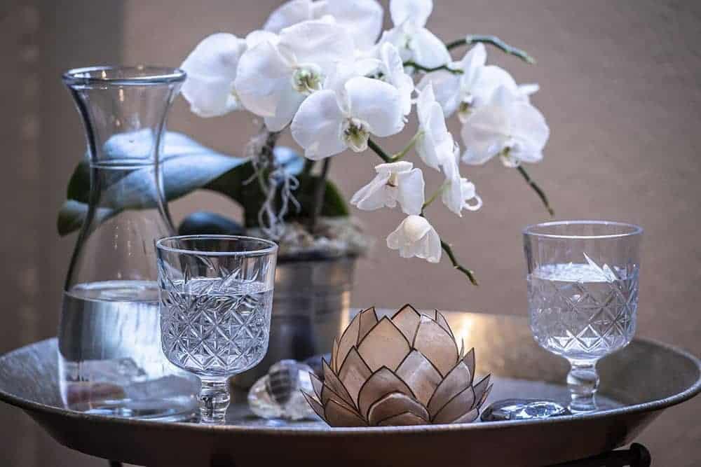 Tisch mit Wassergläsern